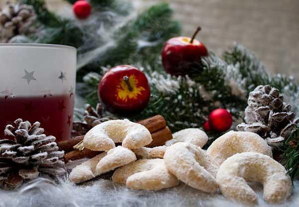 Glühwein und Plätzchen gehören zu den Klassikern in der Weihnachtszeit